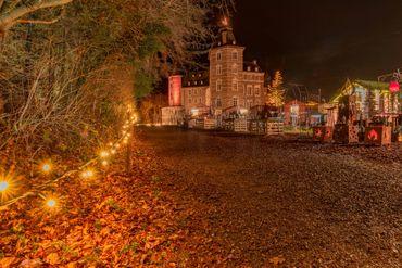 Un parc transformé en village de Noël, composé dehuttes en bois toutes décorées avec soin par les artisans qui les occupent.