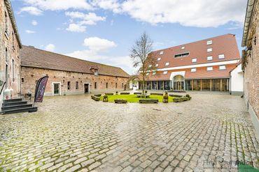 Cet hôtel au design contemporain est implanté au sein de la cour historique de la ferme de Glabjoux au Golf de L'Empereur.