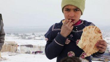 Une jeune réfugiée syrienne ayant fui les bombardements près de Azaz.