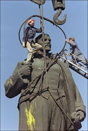 Démontage de la statue de Lénine à Bucarest en 1990