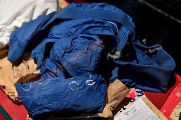 Veste bleue du tireur, dans l'armoire des pièces à convictions