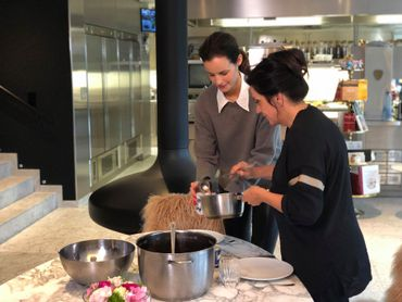 """Charlotte Collard, chroniqueuse à """"C'est du Belge"""" cuisine avec la cheffe, Arabelle Meirlaen"""