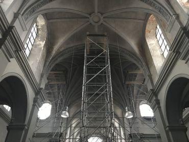 Des tours d'étançonnement ont été installées à l'intérieur de l'église pour soutenir la charpente qui menaçait de s'effondrer