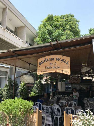 """Au coeur de Nicosie, un bar adossé à la """"ligne verte"""" a trouvé un nom original."""