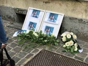 Des fleurs ont été déposéesprès d'une photo de la prostituée décédée.