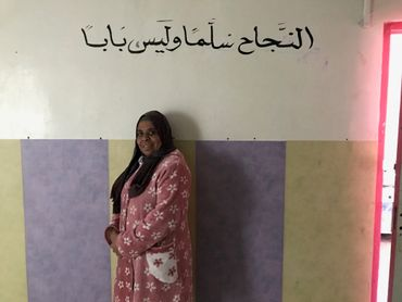 Nadia, membre de l'association El Miter Bouchentouf, donne des cours de soutien dans son modeste appartement. Sur le mur, il est écrit : 'La réussite est un escalier, pas une porte'