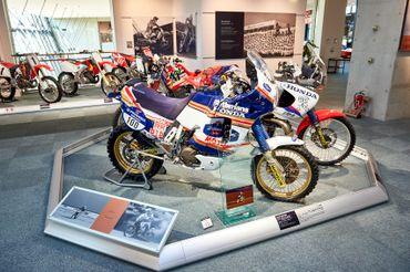 Une NXR, moto d'usine conçue pour le Dakar qui inspirera plus tard l'Africa Twin. A côté, l'EXE 2, un 2 temps de conception révolutionnaire, notamment au sujet de la pollution, et qui a couru au Dakar