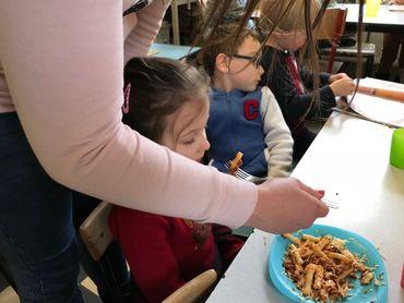 Petits et grands mangent ensemble à Casteau
