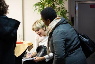 Prise de contact entre la journaliste Julie Morelle et une experte invitée à la RTBF