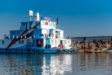 L'un des trois bateaux de Friendhsip, un hôpital flottant offre des soins gratuits aux habitants des chars.
