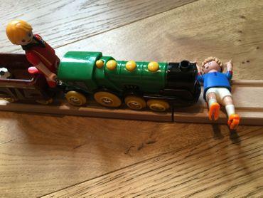 Alors que la voie ferrée est barrée par le corps d'un joueur italien, le playmobil belge ne freine pas le rythme du train