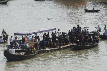 Secouristes ramenant les rescapés du naufrage d'un ferry à Dacca, ce 29 juin