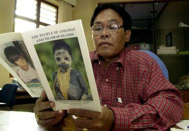 Dans son bureau de Port Blair, le 6 janvier 2005, un spécialiste indien consulte une brochure décrivant la vie dans les îles Andaman et Nicobar