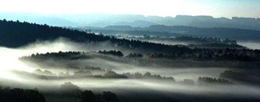 Le Belvédère offre un des plus beaux panoramas de la région, paysage typiquement famennien avec au loin l'horizon de l'Ardenne.