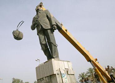 Décapitation de la statue d'Ahmad Hassan al-Bakr à Bagdad en 2003