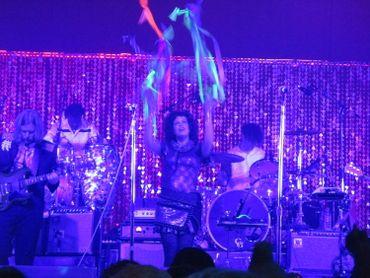 Régine Chassagne joue avec des turbans fluos