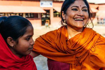 Runa Khan aux côté d'une jeune fille qui a échappé à un mariage forcé grâce au travail d'éducation mené par Friendship.