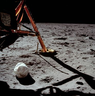 Oui, la première photo prise par un être humain sur la Lune est celle d'un sac-poubelle.