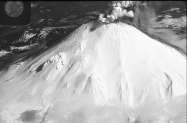 Le sommet du Mont Saint-Helens quelques jours après le premier séisme.