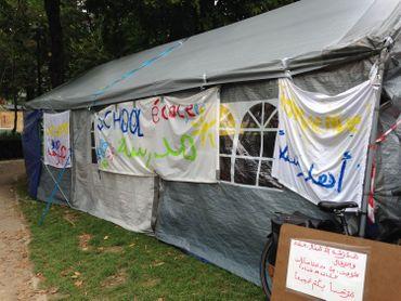 Cette école de fortune est ouverte depuis ce lundi midi. Les bénévoles se bousculent pour venir en aide à ces réfugiés.