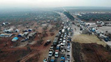 Colonne de véhicules fuyant les bombardements dans la région d'Idlib.