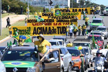 Les partisans du président brésilien Jair Bolsonaro participent à une manifestation pour montrer leur soutien à leur chef, à Brasilia, le 3 mai 2020 lors de la nouvelle pandémie de coronavirus COVID-19.