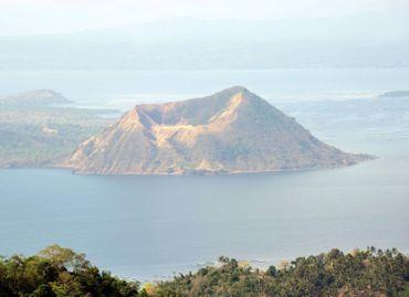 Le volcan Taal, l'un des plus actifs des Philippines et en éruption depuis plusieurs jours.