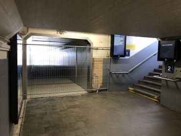 Le tunnel sous voies a été prolongé, il mène à un escalier qui permet de rejoindre directement le parking.