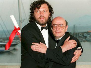"""Emir Kusturica (à gauche), vainqueur de la Palme d'or pour son film """"Underground"""" en 1995 aux côtés du réalisateur grec, Theo Angelopoulos"""