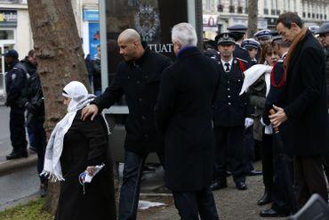 A gauche, la maman du policier abattu par les terroristes
