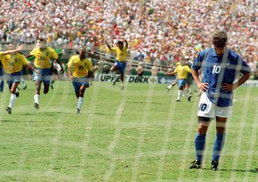 Roberto Baggio rate son penalty en finale du Mondial 1994