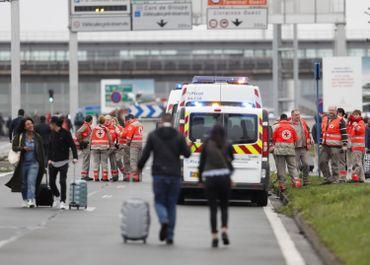 Personnes évacués de l'aéroport.