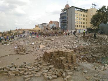 Du centre commercial Ukay à Nairobi, il ne reste que des tonnes de gravas. Les badauds récupèrent ce qu'ils peuvent valoriser comme des pierres et du métal.