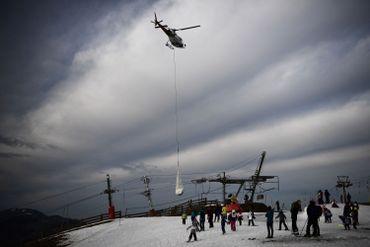 Face au manque d'enneigement, Superbagnères, dans les Pyrénées, a du amener de la neige par hélico, en février 2020