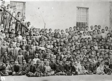 Anonyme - Orphelins arméniens de Tarsus (Tarse) après les massacres d'Adana en 1909