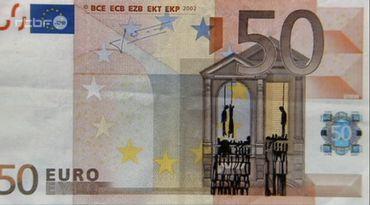 Cet artiste grec utilise les tags sur les billets de banque pour dénoncer l'austérité
