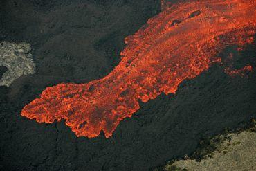 Vue d'une coulée de lave du Piton de la Fournaise sur l'île de la Réunion lors d'une éruption effusive