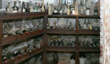 Des dizaines de bouteilles centenaires cachées pendant la Prohibition réapparaissent par hasard