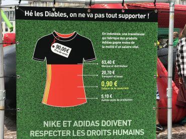 Kicker géant contre Nike et Adidas sur la place Saint-Lambert