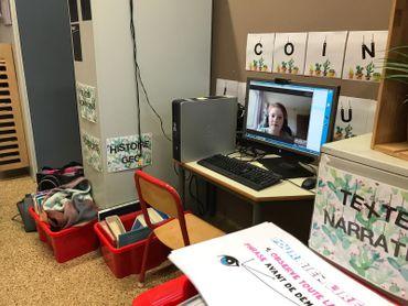Grâce à un ordinateur et une webcam, Noémie continue à suivre les cours.