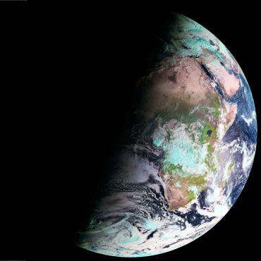 Une vue de la Terre au solstice d'hiver, les nuits sont longues au nord, courtes au sud.