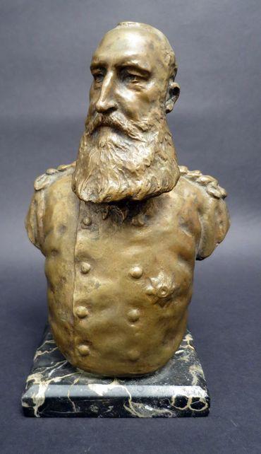 Ces pièces appartiennent à Eric Van den Abeele, l'arrière-petit-fils de Jules Thiriar, médecin et confident de Léopold II, qui a rassemblé ces objets pendant 40 ans.