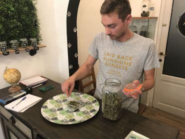"""""""C'est comme un complément alimentaire. De toute façon, il n'y a pas d'effets secondaires ou quoi que ce soit, ça ne peut rien vous faire de mal"""", explique Maxime Carrot."""