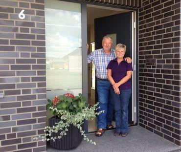 Hans-Walter et Gisela Corsten, devant leur nouvelle maison