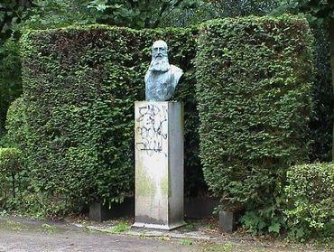 Le buste de Léopold II au parc Duden (Forest) a été réalisé en 1949 par le sculpteur Thomas Vinçotte.