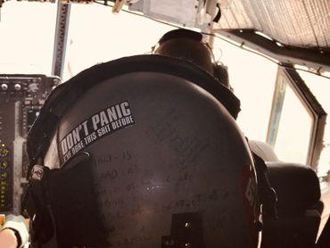 Le casque de Rudy, ingénioeur de bord, résume à lui seul une partie des missions effectuées en 20 ans de carrière sur C130