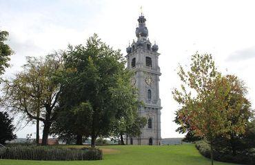 On y remarque les premiers remparts de la ville, l'ancienne poterne du château et la Tour César.