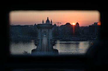 Vue sur le pont des Chaînes de Budapest, le 03 avril 2020