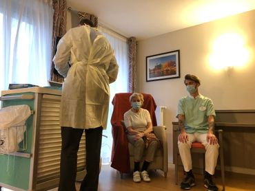 Lucie Vandamme, 88 ans, se fait vacciner contre le COVID 19 à la résidence du Prince Royal d'Ixelles