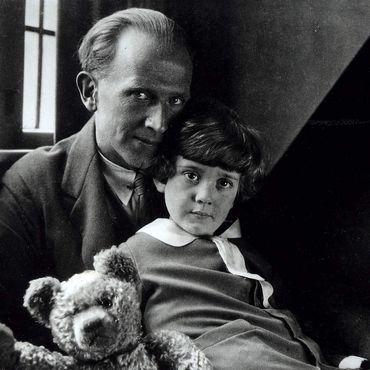 A A Milne avec son fils Christopher